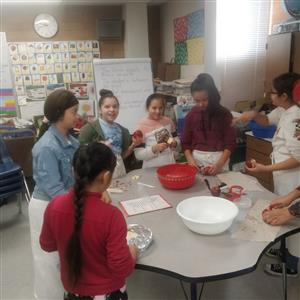 5th graders making pies